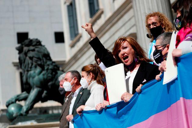 La presidenta de la Plataforma Trans Mar Cambrollé (c) junto con otros miembros de la asociación 'Euforia....