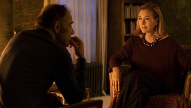 Frédéric Pierrot (à gauche) et Carole Bouquet (à droite) sur le tournage de la série.