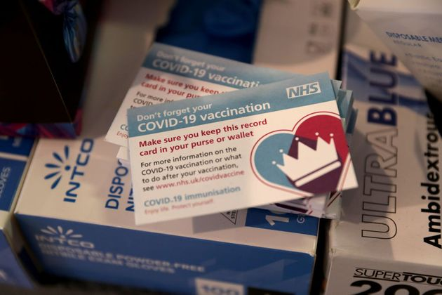 Προβλήματα στην παράδοση εμβολίων και στη Βρετανία-Φρένο σε εμβολιασμούς των κάτω των 50
