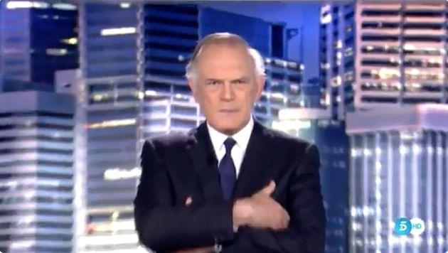 Pedro Piqueras con las manos cruzadas en Informativos