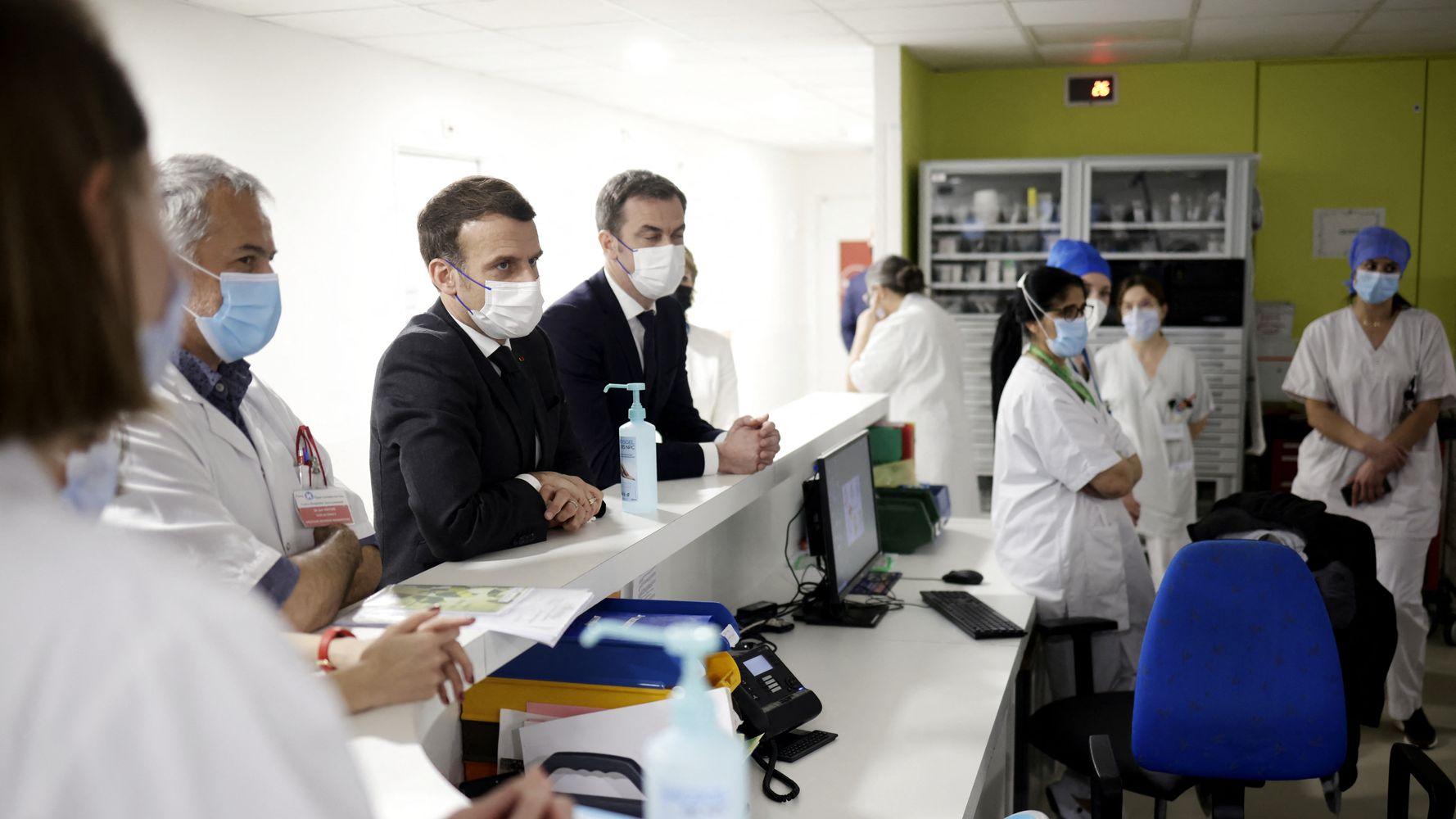 Des soignants à Poissy ont-ils vraiment tourné le dos à Macron?