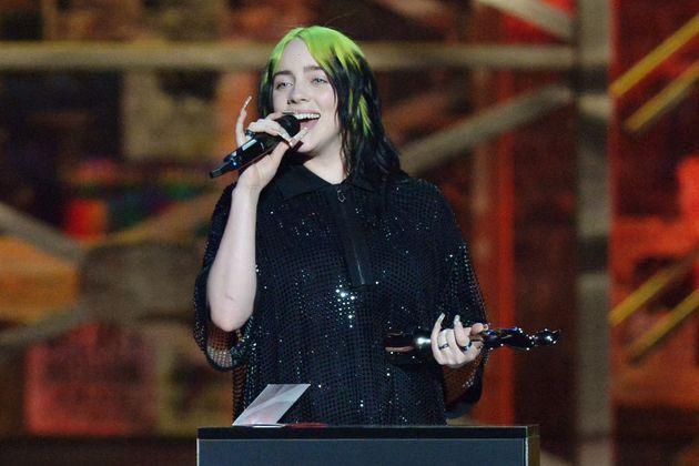 ネオングリーン×黒のヘアカラーが印象的だったビリー・アイリッシュ=2020年2月