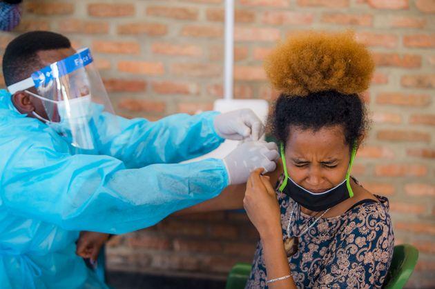 Una refugiada Libia vacunada en