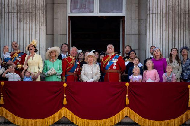 La reina Isabel, rodeada de la familia real, en el balcón del Palacio de Buckingham Place, en junio de