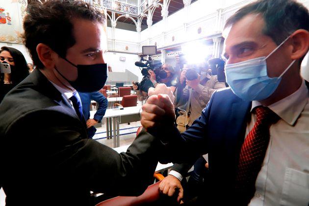 El secretario general del PP, Teodoro García Egea saluda al portavoz parlamentario expulsado...