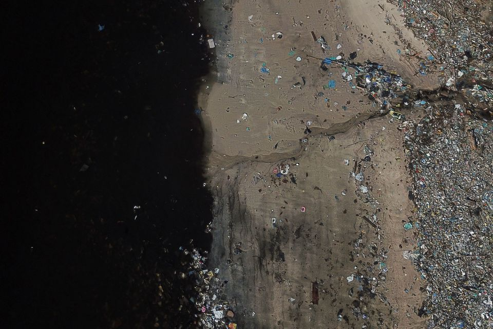 Σκουπίδια στην ακτή...