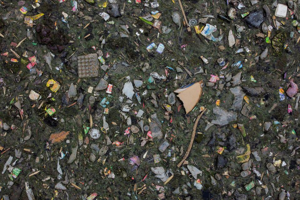 Σκουπίδια πλέουν στα...