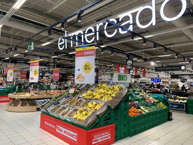 Un supermercado con carteles de
