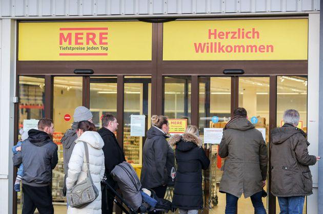 Un grupo de ciudadanos en un supermercado de Mere en Leipzig