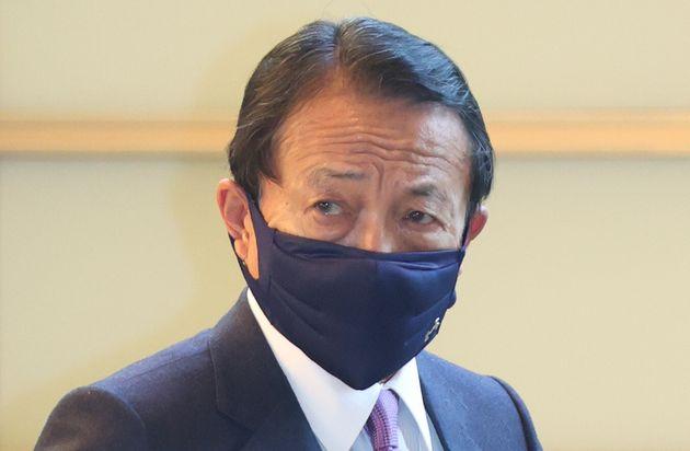 首相官邸に入る麻生太郎副総理兼財務相=2021年2月9日、東京・永田町