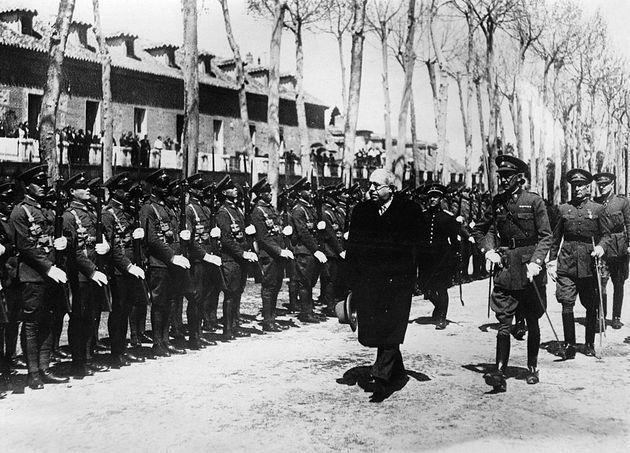 El expresidente de la República Manuel Azaña pasando revista a la guardia de honor en
