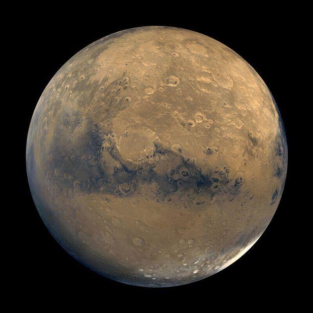물이 사라진 지금의 화성. 화성 궤도선이 촬영한 약 100장의 사진을 합친
