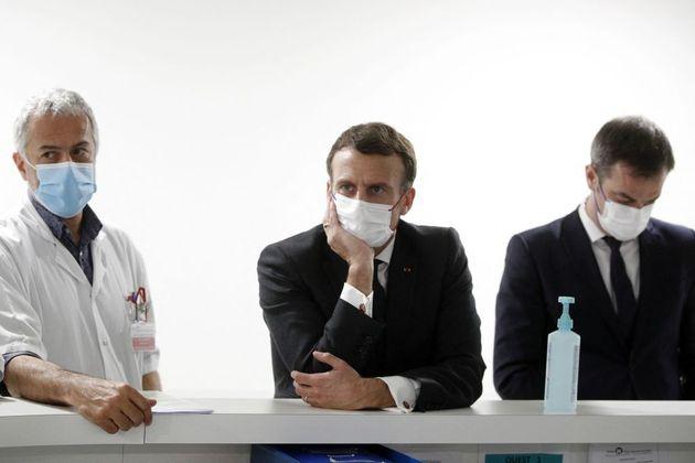 Le président Emmanuel Macron et le ministre de la Santé Olivier Véran s'entretiennent...