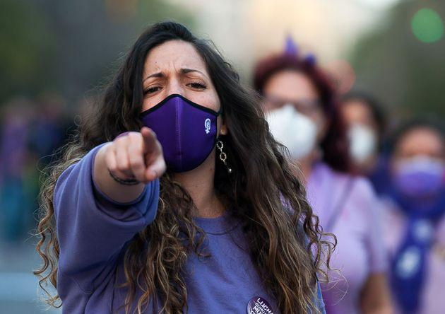 Una mujer se manifiesta en Málaga durante el