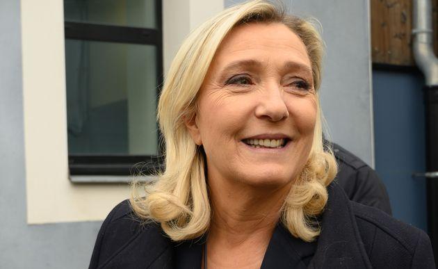 Marine Le Pen si traveste da