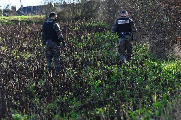 Des gendarmes à la recherche du corps de Magali Blandin près de Montefort-sur-Meu, dans la banlieue de...