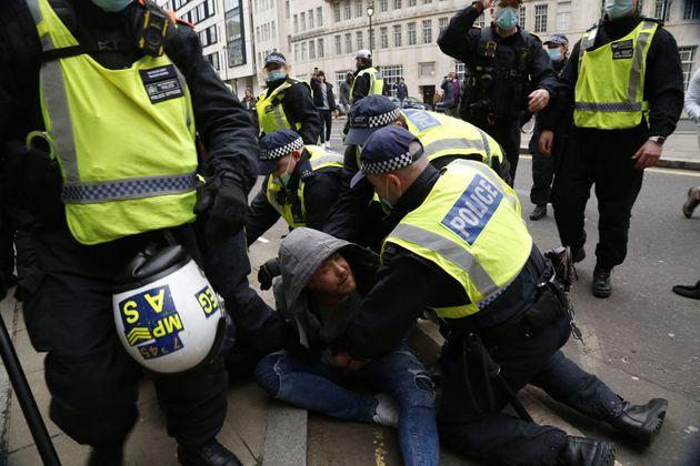 Λονδίνο: Ταραχές και συλλήψεις σε διαδήλωση κατά των μέτρων για την
