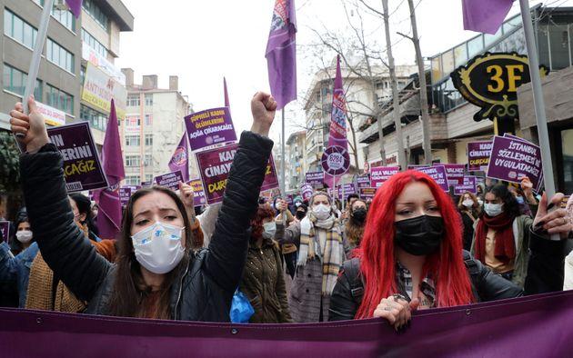 Des femmes participent à des manifestations le 20 mars 2021 contre le retrait de la Turquie de la Convention...
