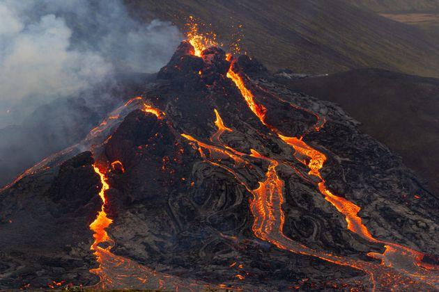 Ισλανδία: Drone πέταξε πάνω από ηφαίστειο που «βρυχάται» και κατέγραψε μαγικές