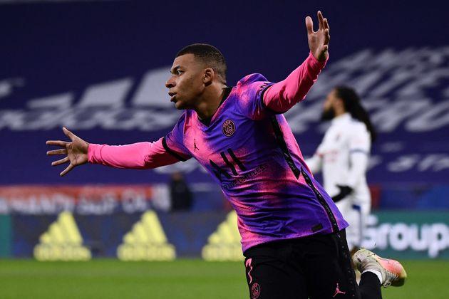 Kylian Mbappé, ici célébrant son deuxième but lors de Lyon-PSG en Ligue 1,...
