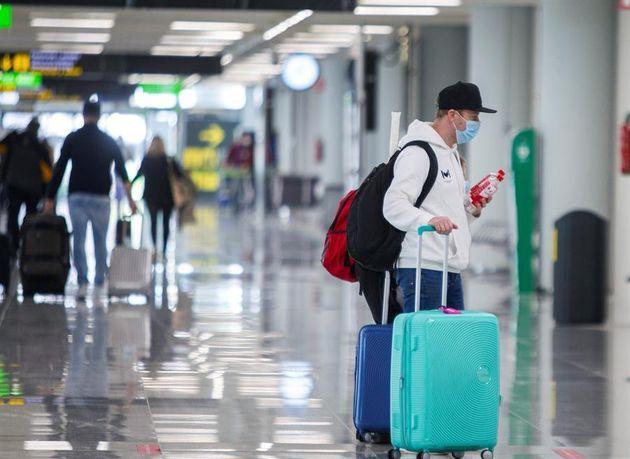 Viajeros en el aeropuerto de