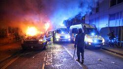 Une manifestation dégénère en Angleterre, des fourgons de police
