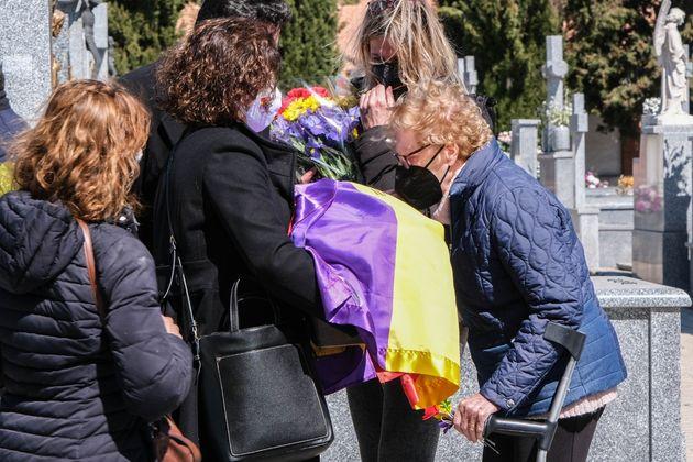 Rosa María Insúa besa el féretro de su padre, en Villaviciosa de