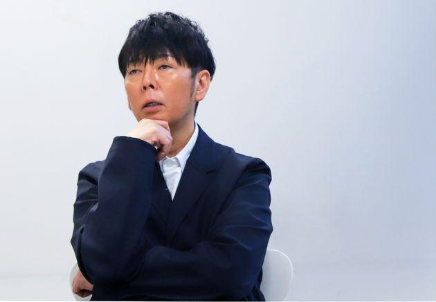 インタビューに応じる、佐藤可士和さん。