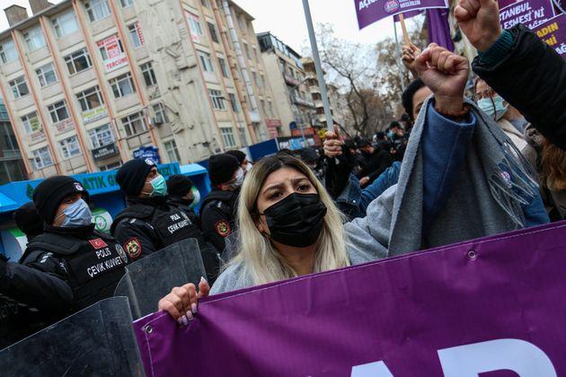 Una manifestante contra la retirada de Turquía del Convenio de