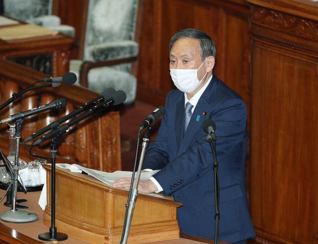 衆院本会議で所信表明演説をする菅義偉首相。2020年10月26日午後。