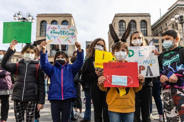 21/03/2020 Milano, Manifestazione contro la chiusura delle scuole e la DAD in Piazza Duomo, organizzata...