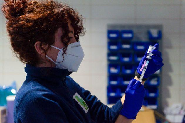 Una sanitaria prepara una jeringuilla con la vacuna de AstraZeneca en el hospital de