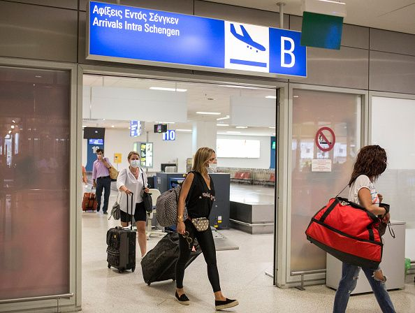 15 Ιουνίου 2020. Ταξιδιώτες καταφθάνουν με μάσκα στο πρόσωπο στο αεροδρόμιο Ελευθέριος Βενιζέλος. Photo:...