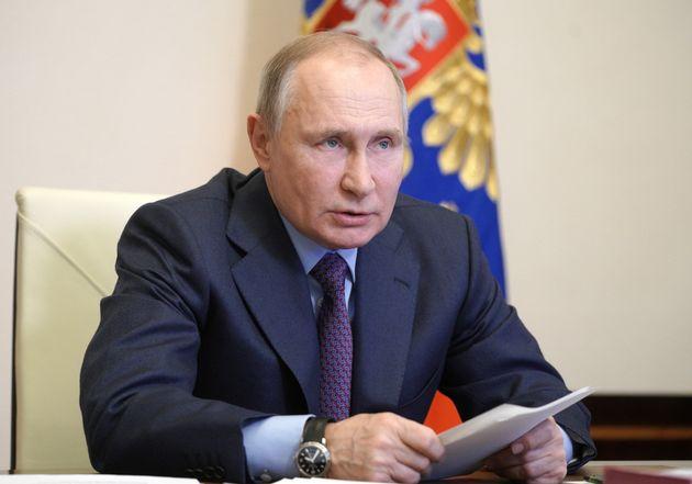 Vladimir Putin domani si vaccina, parla con l'Ue di