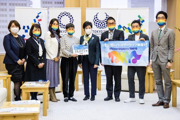 要望書を提出した「東京都にパートナーシップ制度を求める会」発起人らと、受け取った小池百合子都知事。都民ファーストの会の議員らも参加した