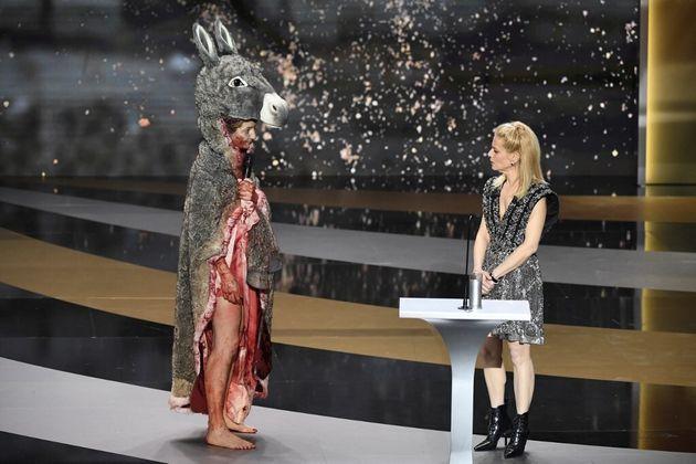 Corinne Masiero sur la scène des César dans un costume de Peau d'âne, à côté de Marine Foïs, le 12 mars