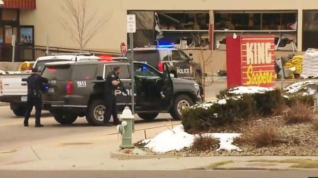 キングスーパーズの外で銃を構える警察