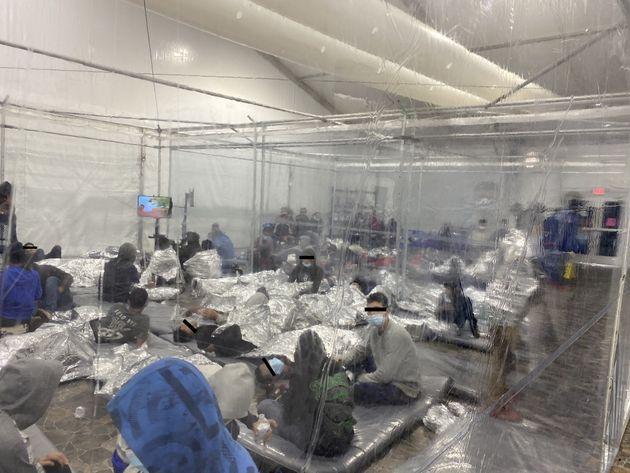 Migrantes se agolpan en una sala con plásticos en Donna,