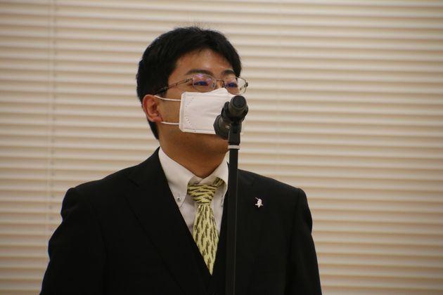 報道陣の質問に答える特別委員会の宍戸常寿座長
