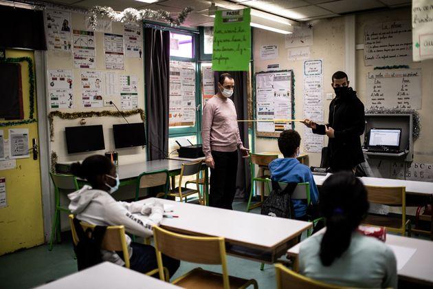 Des enseignants enseignant les gestes barrière dans un établissement de la région parisienne le 14 mai...