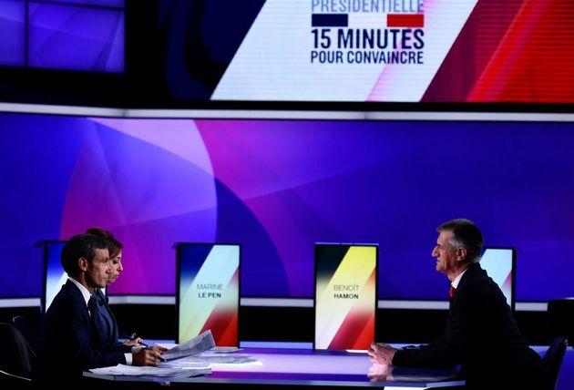 Le candidat à la présidentielle 2017 Jean Lassalle (à droite) s'entretient avec...