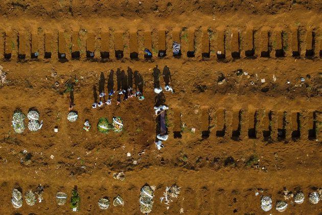Hors de contrôle au Brésil, le Covid-19 y bat le record de morts en 24h (photo du cimetière de Vila Formosa...