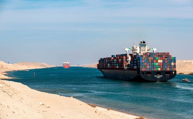 Φορτηγό πλοίο διασχίζει τη Διώρυγα του Σουέζ (φωτογραφία αρχείου)
