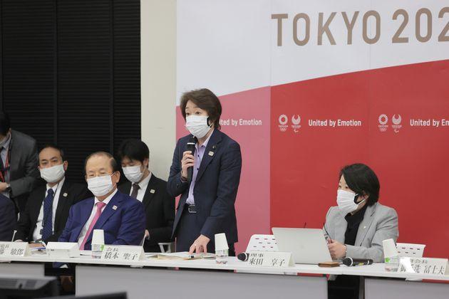 東京五輪・パラリンピック大会組織委員会の橋本聖子会長(右から2人目)。右端は講演者の來田享子新理事=3月22日