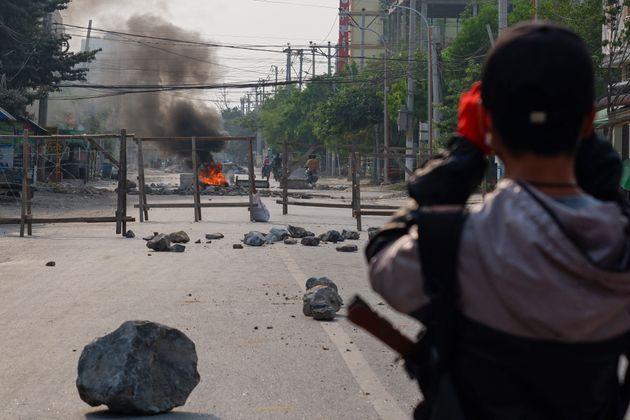 Un manifestante birmano, observando una barricada en