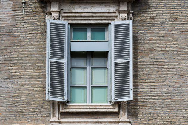 La ventana en la que el papa Francisco aparece cada semana para la oración del Ángelus, cerrada por el