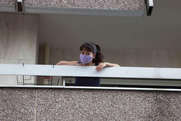 Una mujer en su balcón, confinada en su casa de