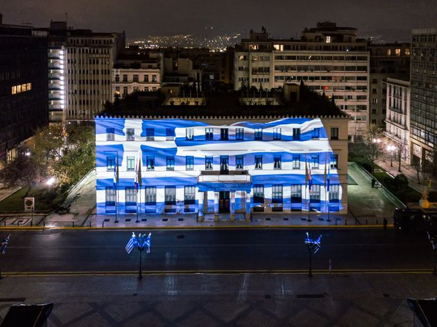 Το ελληνικό Κοινοβούλια γιορτινά φωτισμένο