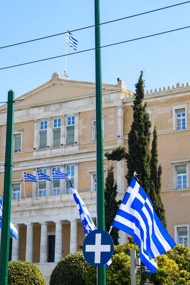 Το ελληνικό Κοινοβούλιο στολισμένο για τα 200 χρόνια από την Ελληνική Επανάσταση