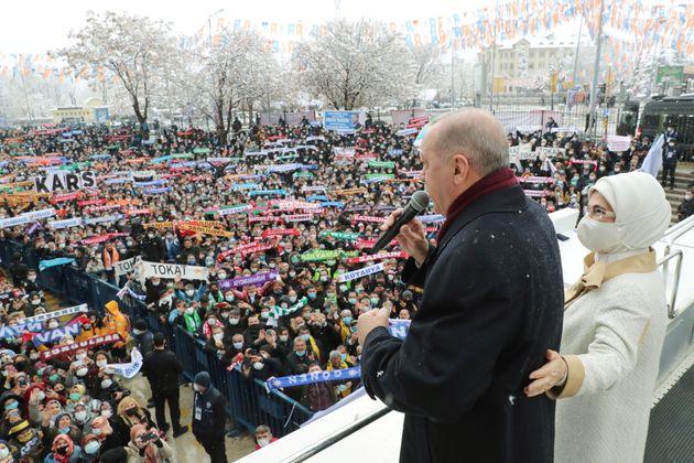 Ο Ταγίπ Ερντογάν συνοδευόμενος από την σύζυγό του απευθύνεται στο πλήθος των υποστηρικτών του που έσπευσε...